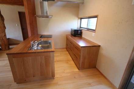 Built-in kitchens by 一枚板テーブルと無垢材家具・キッチンの祭り屋