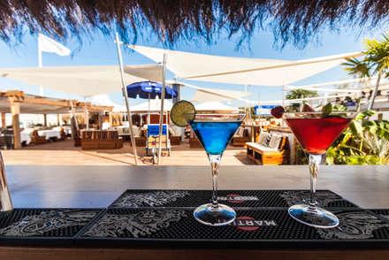 KE: l'eleganza e la versatilità di KHEOPE per il Twiga Beach Club: Bar & Club in stile  di KE Outdoor Design