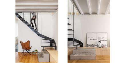 salon: Salones de estilo ecléctico de Abrils Studio