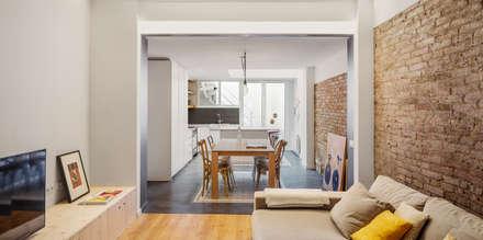 Salón-comedor suelo de hormigón, pared de ladrillo: Comedores de estilo ecléctico de Abrils Studio