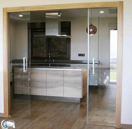 Puerta cristalera cocina: Cocinas integrales de estilo  de Almacén de Carpintería Gómez