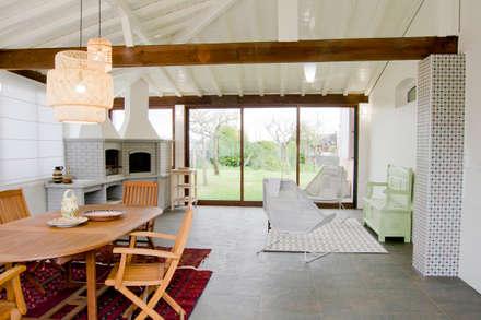 Espaço exterior coberto : Terraços  por Tangerinas e Pêssegos