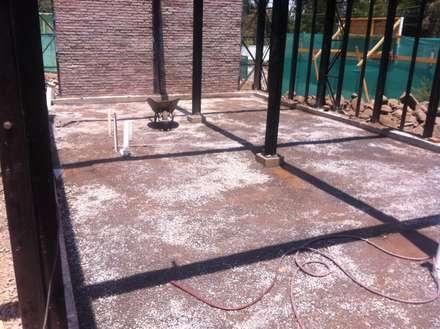 Preparación de pisos faena obra gruesa: Casas de estilo industrial por MAC SPA