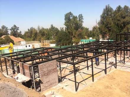 Vista aérea instalación estructura metálica: Casas de estilo industrial por MAC SPA