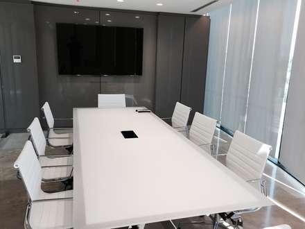 Sala de reuniones: Salas multimedias de estilo  por MAC SPA