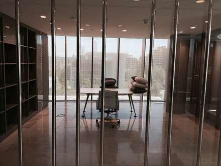 Vista oficinas: Salas multimedias de estilo  por MAC SPA