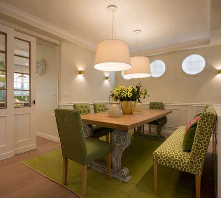 Diseño interior de comedor con mesa de madera y banco tapizado: Comedores de estilo clásico de Sube Susaeta Interiorismo