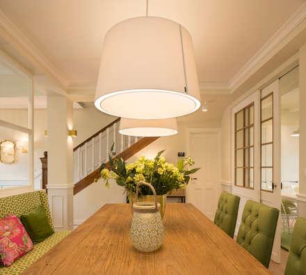 Decoración de comedor con grandes lámparas: Comedores de estilo clásico de Sube Susaeta Interiorismo