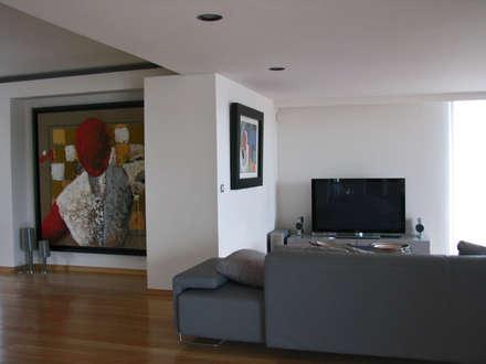 Zona de convívio: Salas multimédia modernas por Nuno Ladeiro, Arquitetura e Design