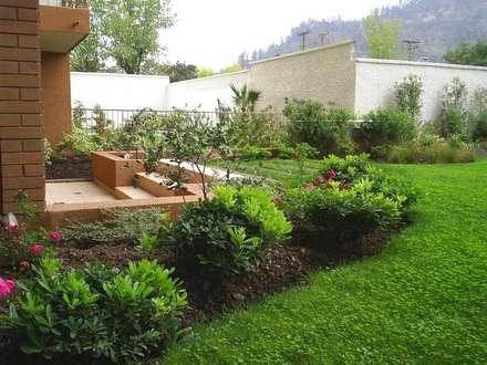 Detalle salida jardín: Jardines de estilo clásico por Bächler Paisajismo