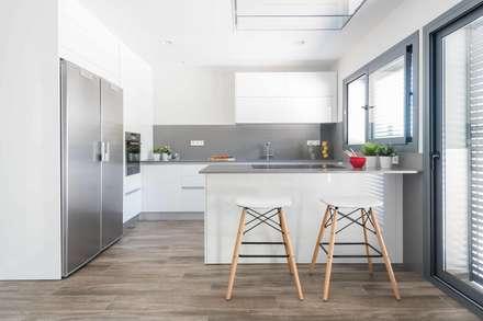 Un apartamento bio-arquitectónico: Cocinas de estilo moderno de Silvia R. Mallafré