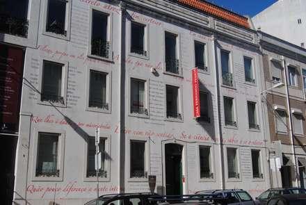 Fachada de acesso principal: Condomínios  por Nuno Ladeiro, Arquitetura e Design