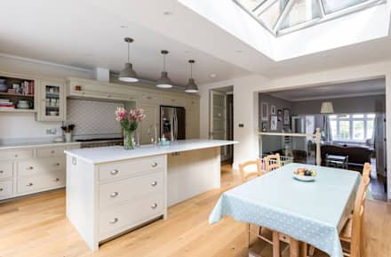 Open Plan Kitchen and Dining Room: classic Dining room by Resi