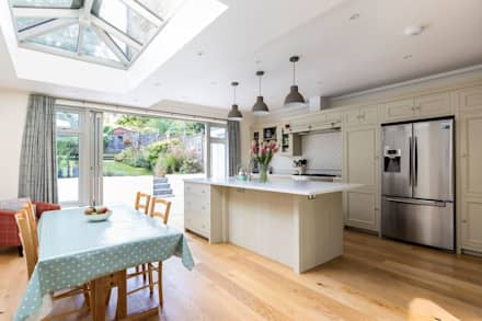 Open Plan Kitchen and Dining Room: classic Kitchen by Resi