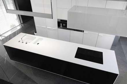 Goessens Meubelmakers Showroom: Cozinhas embutidas  por Lola Cwikowski Interior Design Studio