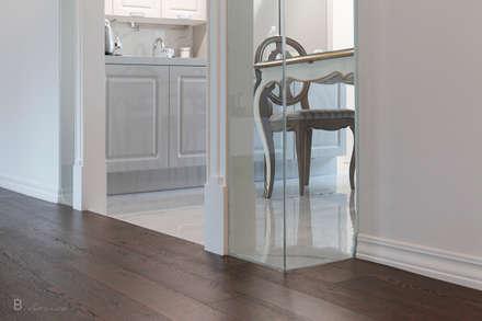 Marble tile meets wood flooring: B house 비하우스의  다이닝 룸