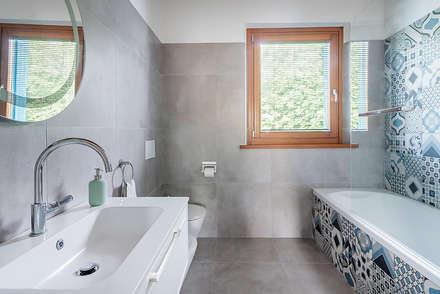 Baños de estilo escandinavo por Facile Ristrutturare