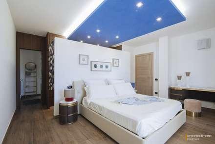Camera da letto: Camera da letto in stile in stile Mediterraneo di antoniodimaro&partners