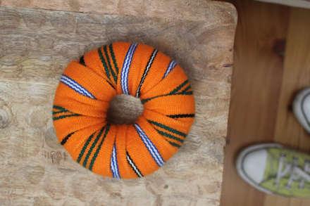 Pormenor decorativo quarto de hóspedes: Quartos ecléticos por Tangerinas e Pêssegos