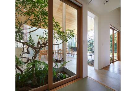 坪庭越しのLDK: 藤原・室 建築設計事務所が手掛けた階段です。
