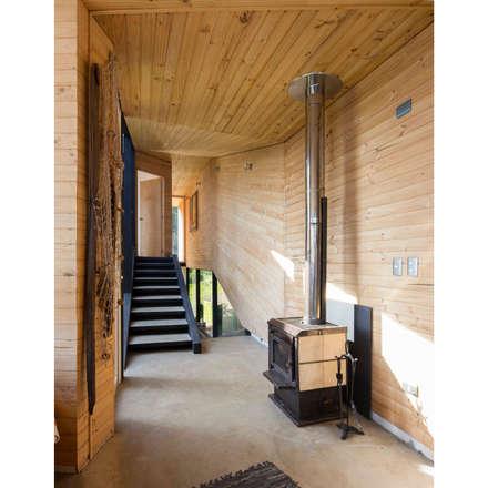 Casa Curaumilla: Pasillos y hall de entrada de estilo  por Crescente Böhme Arquitectos
