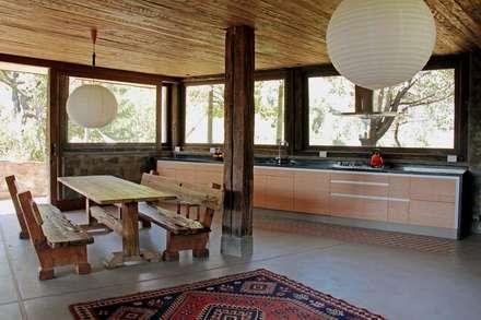 rustic Dining room by Crescente Böhme Arquitectos