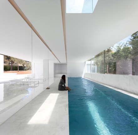Casa entre la Pinada: Piscinas de estilo mediterráneo de FRAN SILVESTRE ARQUITECTOS