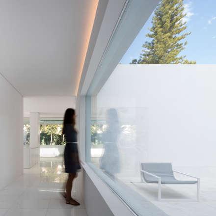 Corridor, hallway by FRAN SILVESTRE ARQUITECTOS
