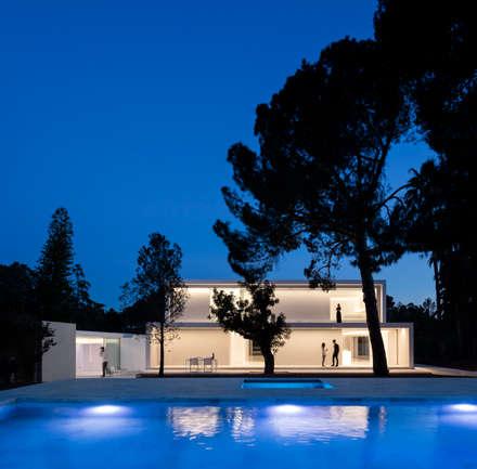 Casa entre la Pinada: Jardines de estilo mediterráneo de FRAN SILVESTRE ARQUITECTOS
