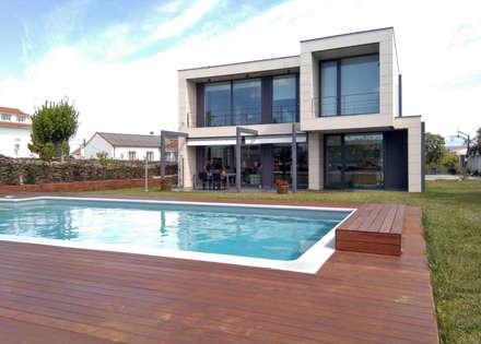 Vivienda en Mugardos: Piscinas de jardín de estilo  de AD+ arquitectura