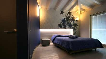 Sfumature di blu: Camera da letto in stile in stile Mediterraneo di Studio Ferlenda