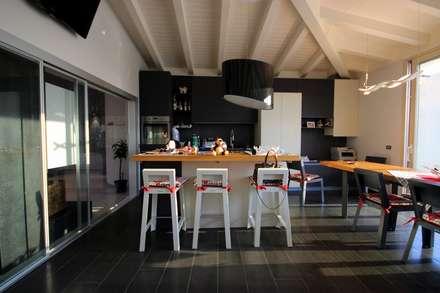 Sfumature di blu: Cucina in stile in stile Mediterraneo di Studio Ferlenda