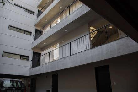Pasillos: Casas multifamiliares de estilo  por ARM Arquitectos