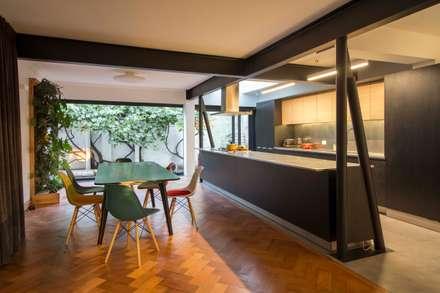 Casa El Bosque: Comedores de estilo minimalista por Crescente Böhme Arquitectos