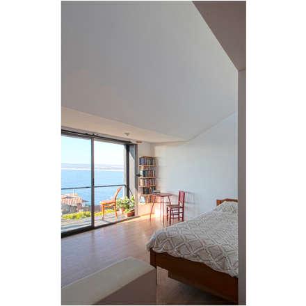 Acoplado Vagón Cartagena: Dormitorios de estilo moderno por Crescente Böhme Arquitectos