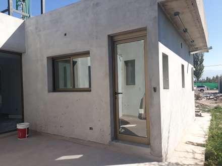 CARPINTERIA DE ALUMINIO MEDIA Y ALTA PRESTACION CON DVH: Ventanas de estilo  por M.i. arquitectura & construcción