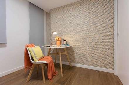 :  Corridor & hallway by Estudio de Interiorismo Valeria Bonomi