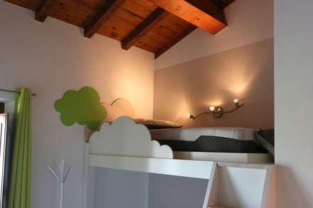 Letto a soppalco: Stanza dei bambini in stile in stile Classico di Essenza Legno