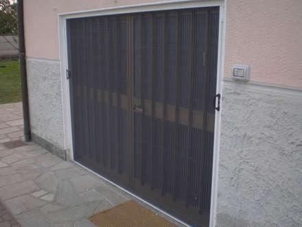 Le Zanzariere di MITA Tende: Porte in stile  di MITA Tende da Sole Torino
