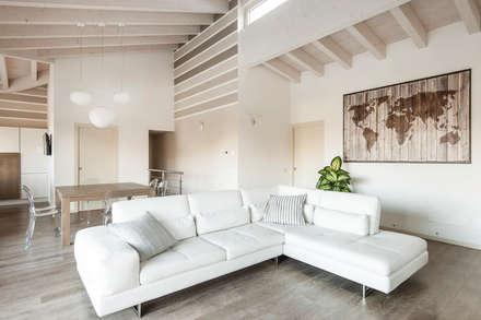 Villa singola in legno: Soggiorno in stile in stile Classico di Marlegno