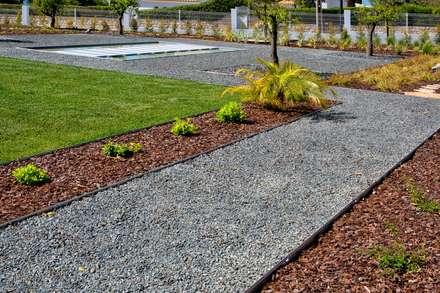 Moradia Moderna com Jardim Contemporâneo: Jardins de fachada  por Jardíssimo