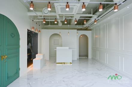 쇼핑몰 '쇼룸', 부산 명지 상가인테리어 - 노마드디자인: 노마드디자인 / Nomad design의  바닥