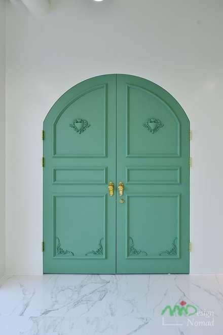 Puertas interiores de estilo  por 노마드디자인 / Nomad design