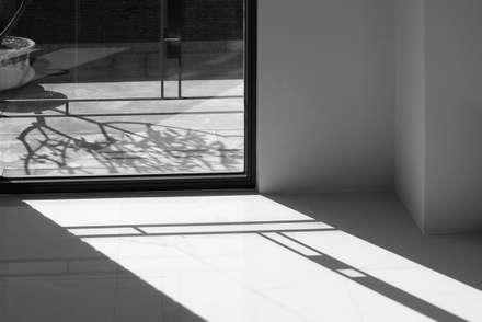 外觀整建   SF House:  窗 by 黃耀德建築師事務所  Adermark Design Studio