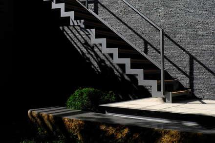 外觀整建   SF House:  樓梯 by 黃耀德建築師事務所  Adermark Design Studio