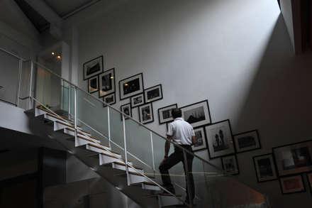 室內設計  麗爵廚具體驗館:  樓梯 by 黃耀德建築師事務所  Adermark Design Studio