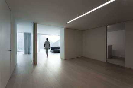 Casa Balint: Pasillos y vestíbulos de estilo  de FRAN SILVESTRE ARQUITECTOS