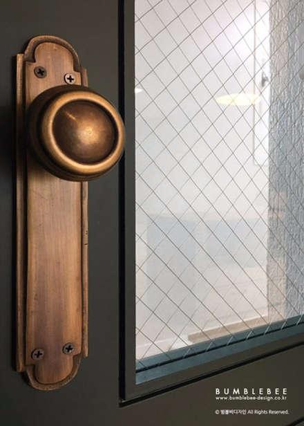 Деревянные двери в . Автор – 범블비디자인