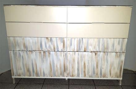 Cassettiera dopo il restyling secondo lo stile shabby-chic: Sala da pranzo in stile in stile Eclettico di Dilegno InLegno
