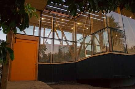Acceso: Pasillos y hall de entrada de estilo  por PhilippeGameArquitectos